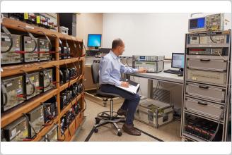 Referenzmultimeter Fluke 8588A in einem akkreditierten Kalibrierlabor